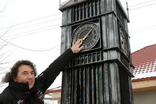 Vladimír Eperješi pri replike londýnskeho Big Benu.