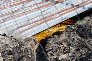 Žltkastá tekutina. Firma tvrdí, že ide o vedľajší rastlinný produkt, a nie nebezpečnú látku.