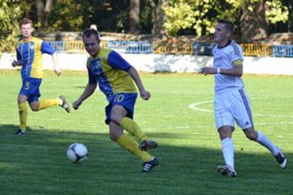 Strelec úvodného gólu. Róbert Mižík (s loptou) uniká Romanovi Lazúrovi.
