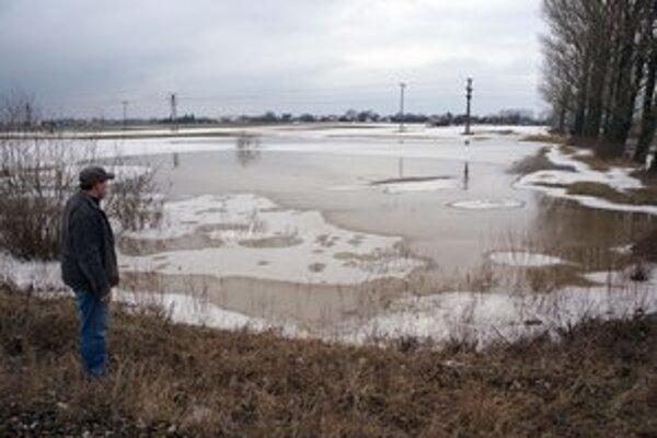 Agropodnikateľ F. Tomáš pri zaplavenom poli