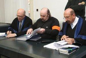 Mikuláš Vareha (v strede) a advokát Ľubomír Hrežďovič (vpravo).