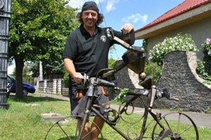 Oceľový Sagan na bicykli a Vladimír Eperješi.