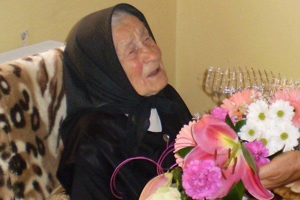 Jubilantka. Babičke Anne Tothovej blahoželal aj starosta Parchovian.