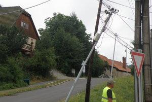 Na niektorých miestach v obci boli poškodené elektrické drôty, ale aj obecný rozhlas a káblová televízia.
