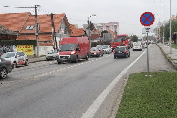Mestom prejde denne množstvo áut, problémom je najmä tranzitná doprava.