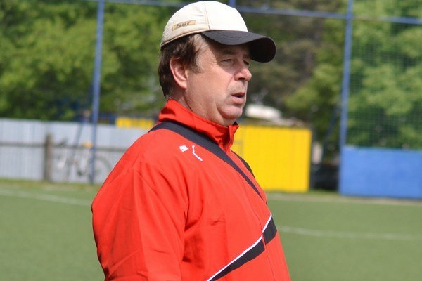 Zamyslený. Tréner Sabinova Pavol Šaršala má o čom premýšľať.