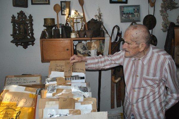 Ján Lazorík s časťou svojich zbierok