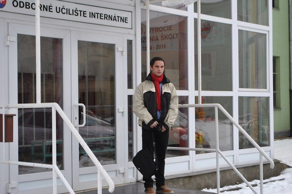 Frederik pred školou.