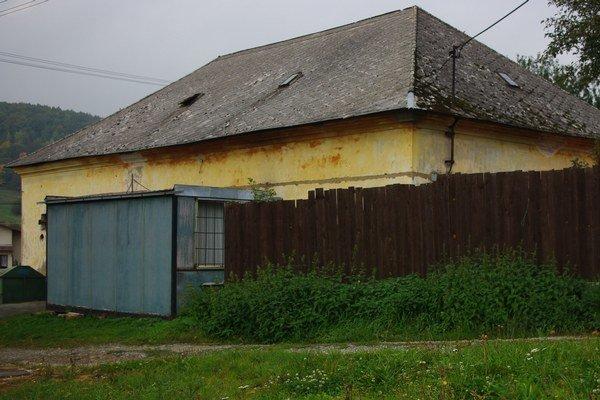 Pohľad na kúriu z východu. Návštevník dediny si zvyčajne nenápadný objekt ani nevšimne.