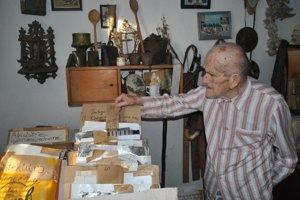 Jedna z posledných fotografií Jána Lazoríka pri jeho milovaných zbierkach.