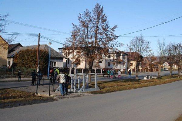 Pečovská Nová Ves. Obec získala peniaze na odstránenie zosuvu svahu v rómskej osade.