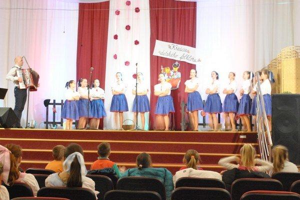 DFS Briezka z Brezovice. Dvanásť dievčat si vyspievalo zlaté pásmo.