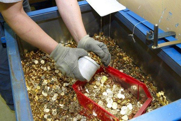 I keď sa počet falošných mincí v obehu zvýšil, stále ide o nepatrné množstvo.