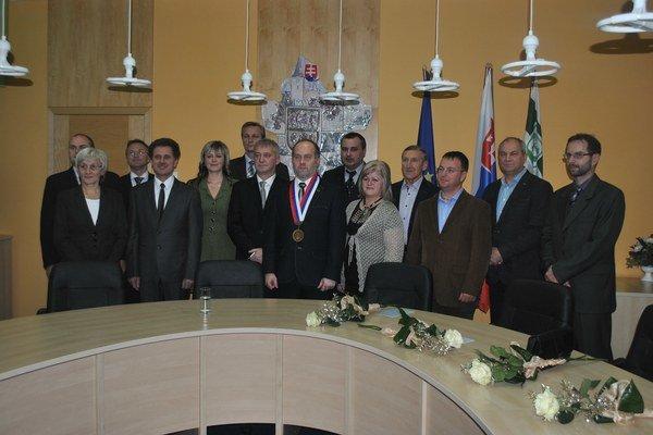 Poslanci a primátor. Poslanecká zostava zo začiatku volebného obdobia.