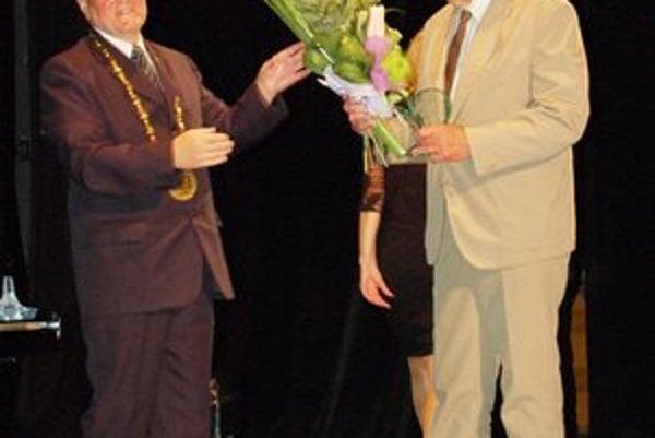 Cyril Mizla. Dostal cenu za dlhoročnú prácu učiteľa v poľnohospodárskom školstve.