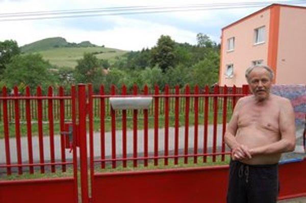 Jozef Šoltýs býva v Lúčke, jeho susedia oproti už v Kamenici.