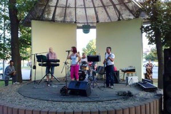 Ružový panter. Kapela otvorila kultúrne leto v Lipanoch.