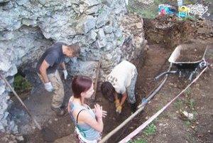 Oprava hradu. Prišli sem dobrovoľníci z celého Slovenska.
