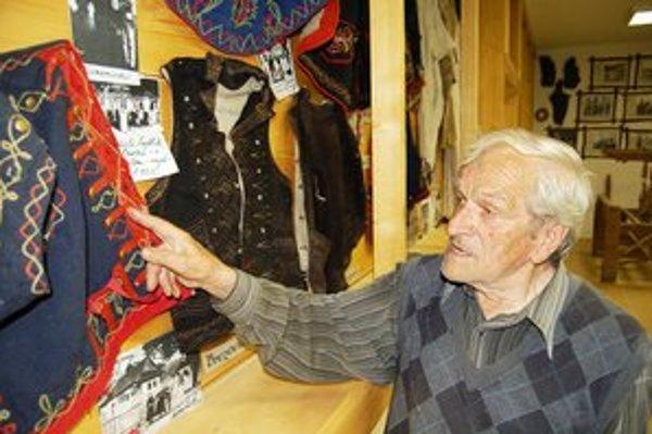Ján Lazorík. V Krivanoch inštaloval výstavu pôvodných šarišských krojov.