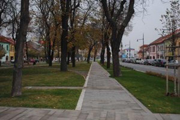 Južný park. Na tomto chodníku budú striedavo stáť drobné architektonické umelecké diela.