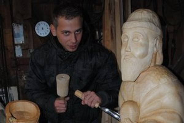 Tomáš Lysina so svojím Betlehemom. Inštalovať pred chrám ho budú práve dnes.