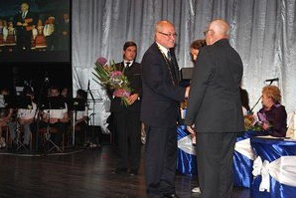 Cenu mesta získal aj Ján Navrátil. Slávnostne mu ju odovzdal primátor mesta, Peter Molčan.