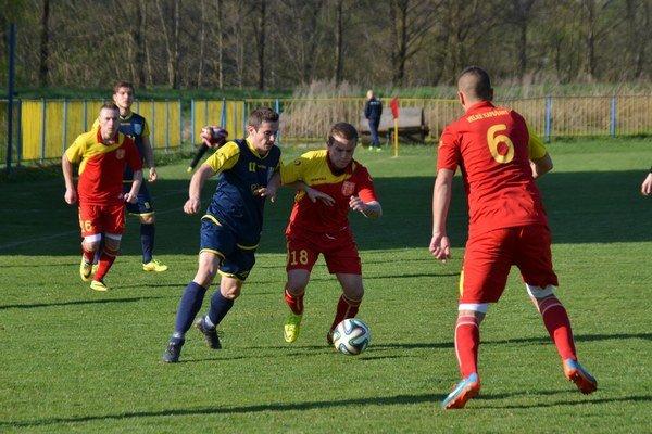 Oprášil kopačky. Strelecké kopačky oprášil Rožňavčan Jaroslav Figúr (s č. 11) a v zápase s Veľkými Kapušanmi strelil dva góly.