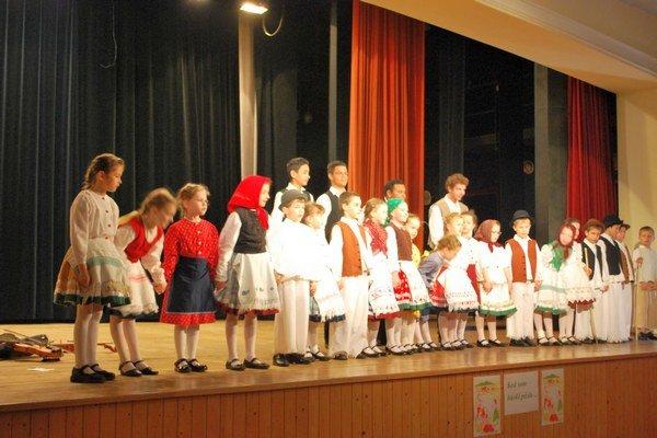 Detskí folkloristi. Svojím predstavením upútali divákov.