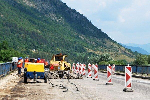Rekonštrukcia cesty. Vodiči sa dočkajú novej vozovky.