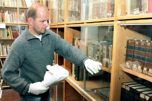 Erik Kližan musí s niektorými knihami pracovať v rukavičkách.