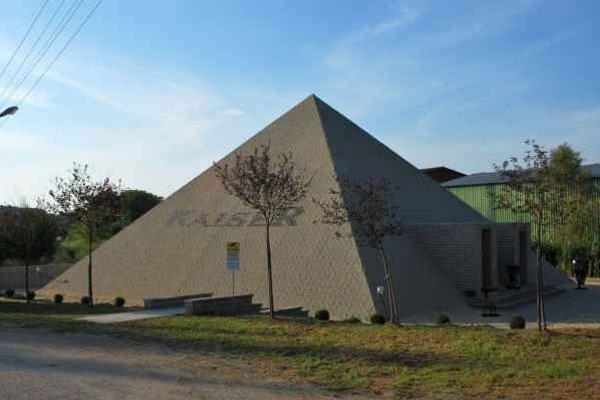 Pyramída v Dlhej Vsi. Tvorí ju 42-tisíc tehál.