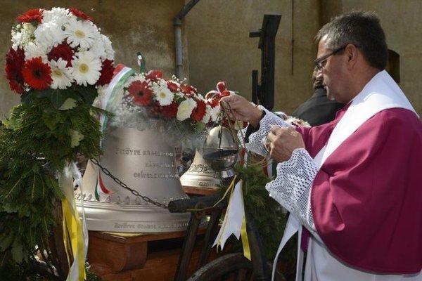 Na snímke zvony posvätil na nádvorí Kostola Všetkých svätých tamojší farár István Vadkerti.