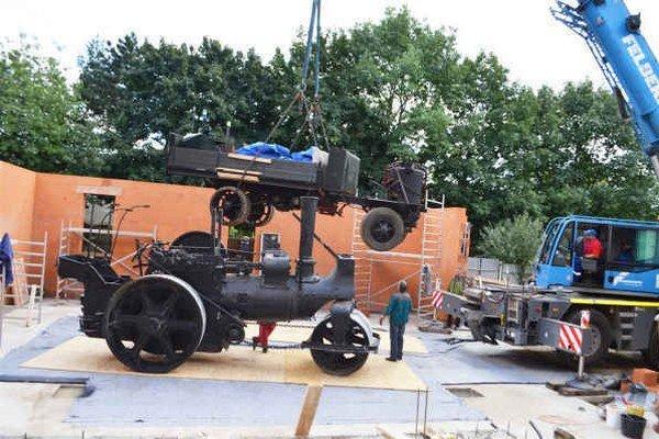 Umiestnenie v prístavbe. Škoda Sentinel a parný valec na betónovej platni prístavby galérie.