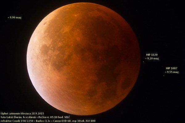 Fotografia zatmenia. Mesiac o piatej hodine nad ránom.