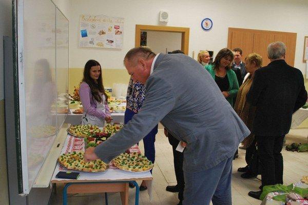 Ochutnávka zdravého jedla. Žiaci školy pohostili aj primátora.