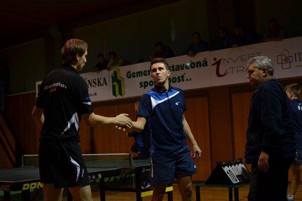 Dlhý prvý set. Martin Gumáň (vľavo) po zápase s Lukášom Kostelníkom, ktorého zdolal 3:0, pričom prvý set skončil 23:21.