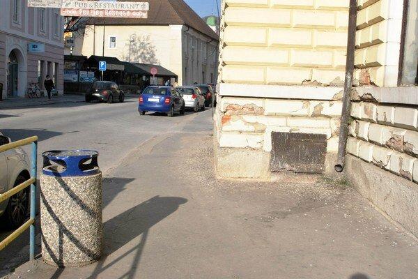 Vtáčí trus na chodníku. Budovu bývalej zdravotnej školy dnes okupujú mestské holuby.