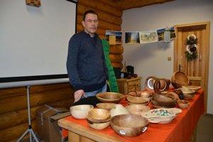 Remeselník Erich. Doma pracuje s drevom a vyrába misky.