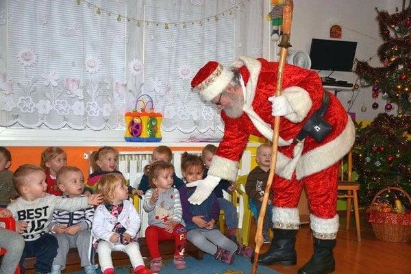 Deti a Mikuláš. Stretnutie detí s rozprávkovým Mikulášom.