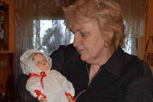 Monika Cmierová. V rukách drží 100-ročnú bábiku.