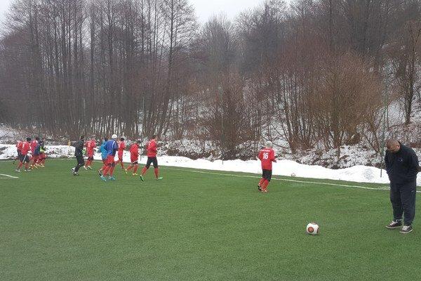 Rozcvička pred prvým zápasom prípravy.