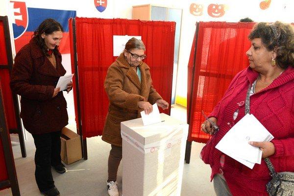 Hlasovanie. Po novom nepoužité hlasovacie lístky miestnosť neopustia.