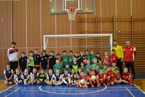 Futbalové nádeje. Na Veľkonočnom turnaji si zmerali sily chlapci zo Slovenska aMaďarska.