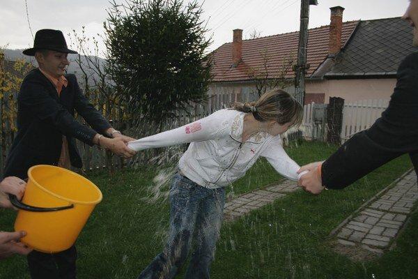 Veľká noc vo Vlachove. Kúpači obdarili dievčence ľadovou vodou.