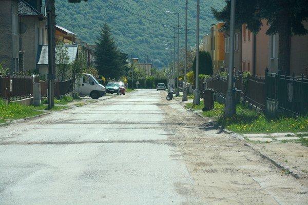 Páterova ulica vRožňave. Po oprave vodovodu majú vodári dať cestu do pôvodného stavu.