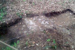 Prieskumná sonda. Archeológovia odkryli staré múry letného sídla pri Joviciach.
