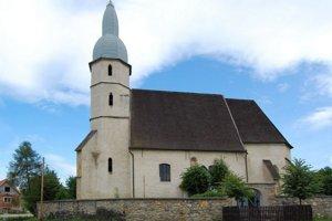 Kostol vKoceľovciach. Veža kostola patrí medzi unikáty na Slovensku.