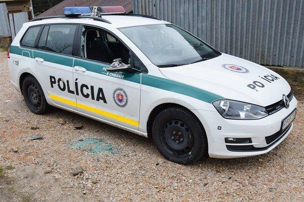 Poškodený policajný wolksvagen.