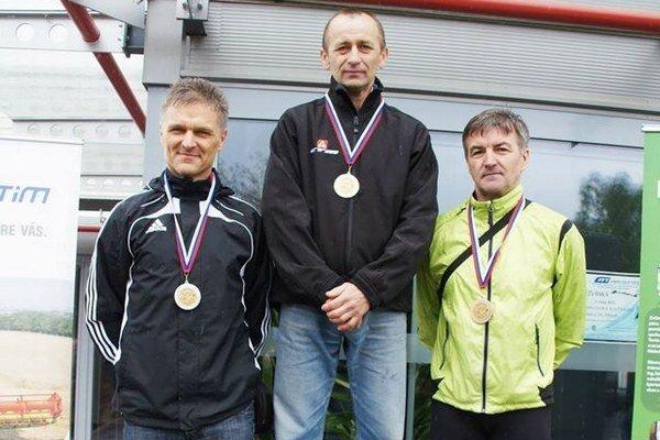 Stupne víťazov. Ján Zdechovan (celkom vpravo).
