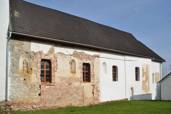 Zub času poznamenal múry. Na obnove kostola sa pracuje od roku 2004.